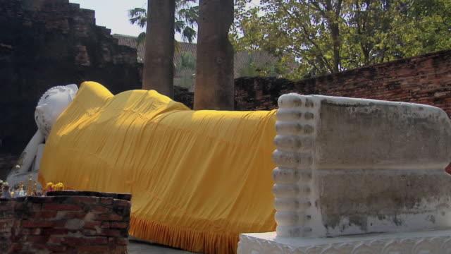 cu zo reclining buddha at wat yai chai mongkhon temple / ayutthaya, thailand - adagiarsi video stock e b–roll