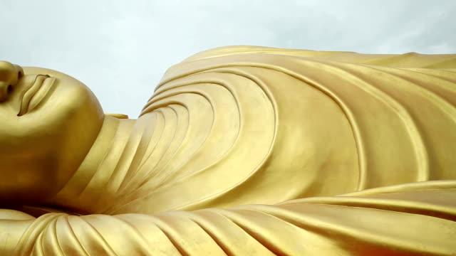 Statua di Buddha sdraiato oro