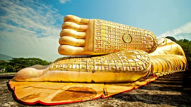 statua del buddha sdraiato - adagiarsi video stock e b–roll
