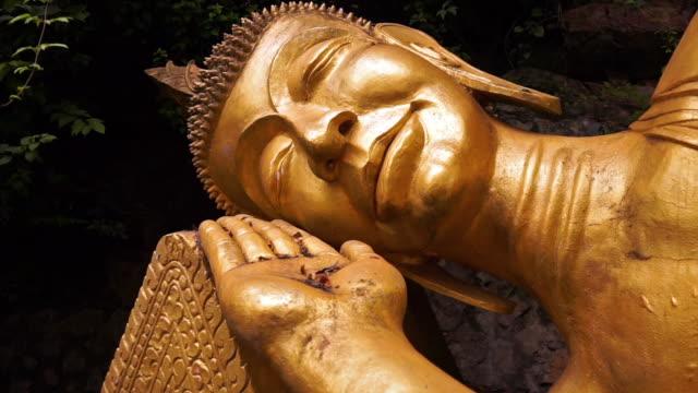 黄金の仏像、ホット スポット、ルアンパバーンをルアンパバーン、ラオスをリクライニング - 金箔点の映像素材/bロール