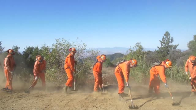 stockvideo's en b-roll-footage met reclusos de california ayudan a combatir incendios como parte de su rehabilitacion - politics and government