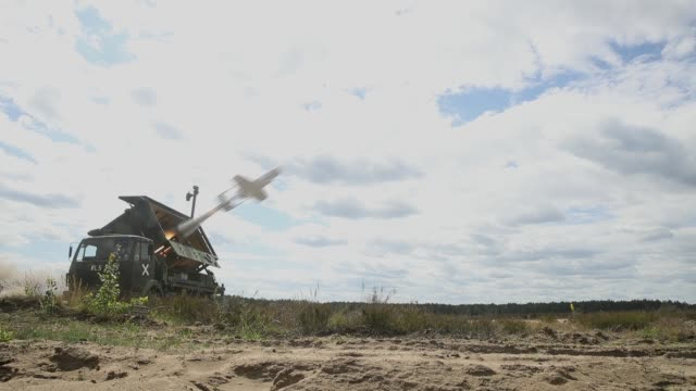 stockvideo's en b-roll-footage met a kzo reconaissance drone of the bundeswehr the german armed forces launches with the help of a booster rocket during thunder storm 2018... - raket wapen