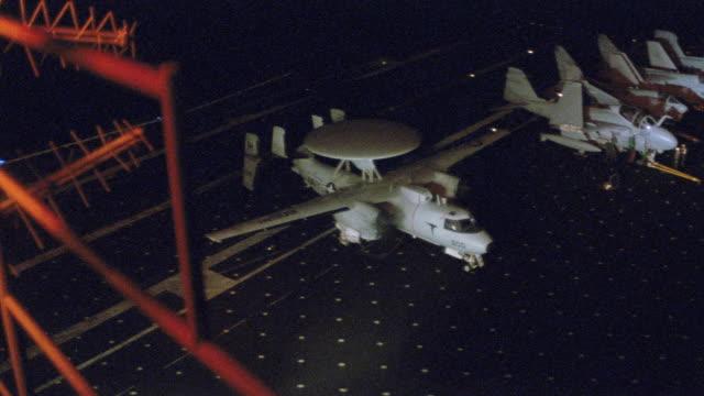 a reconnaissance hawkeye taxis on the flight deck of an aircraft carrier. - militära fartyg bildbanksvideor och videomaterial från bakom kulisserna
