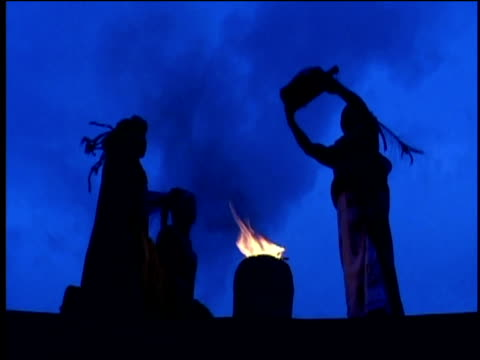 vidéos et rushes de reconstruction of mayans worshiping their gods - maya