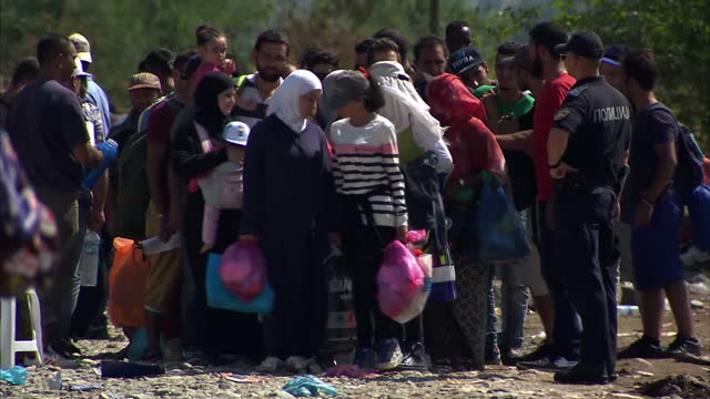 vidéos et rushes de record numbers of migrants are crossing the border between macedonia and greece, as they make their journey to northern europe. more than 7,600... - frontière