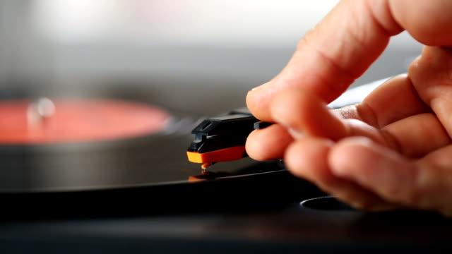 vídeos de stock e filmes b-roll de record player starting to play a spinning vinyl lp - disco audio analógico