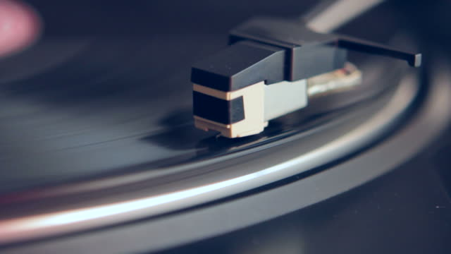 vídeos de stock e filmes b-roll de jogador de registo - disco audio analógico