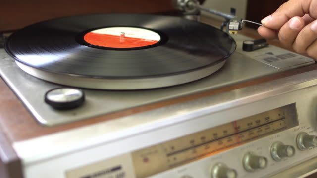 plattenspieler - schallplatte stock-videos und b-roll-filmmaterial