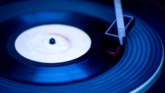 vídeos de stock e filmes b-roll de gravar a tocar - disco audio analógico