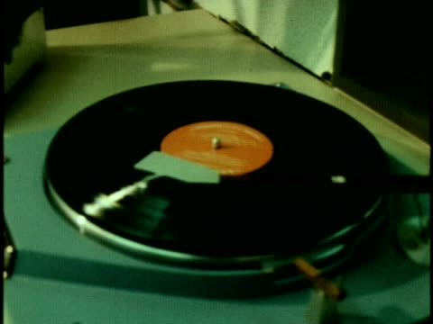 stockvideo's en b-roll-footage met 1970 cu record spinning on turntable - draaitafel