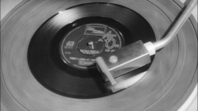 stockvideo's en b-roll-footage met cu 45 record spinning - draaitafel