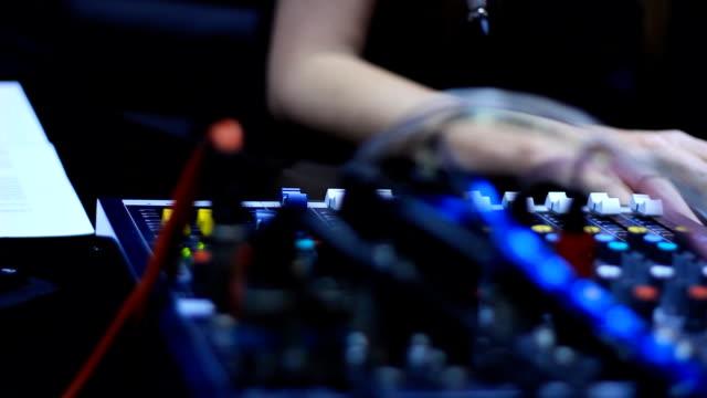 vídeos y material grabado en eventos de stock de registro y edición programa de radio - anfitriona de la fiesta