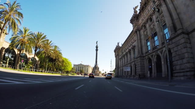 vídeos de stock, filmes e b-roll de recording barcelona city streets with beautiful architecture landmarks from car point of view with motion in a sunny day and low traffic. - junção de rua ou estrada