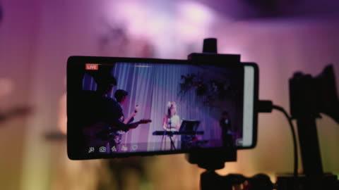 aufnehmen von live-videos auf dem smartphone - live ereignis stock-videos und b-roll-filmmaterial