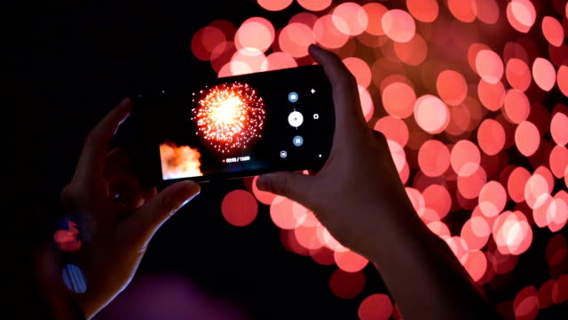 vídeos de stock e filmes b-roll de slo mo recording video of fireworks from smartphone - agenda eletrónica