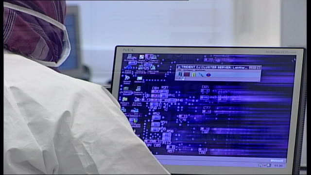 vídeos y material grabado en eventos de stock de dna records kept by police file cbv police forensics officer looking up dna information on computer - ciencia forense