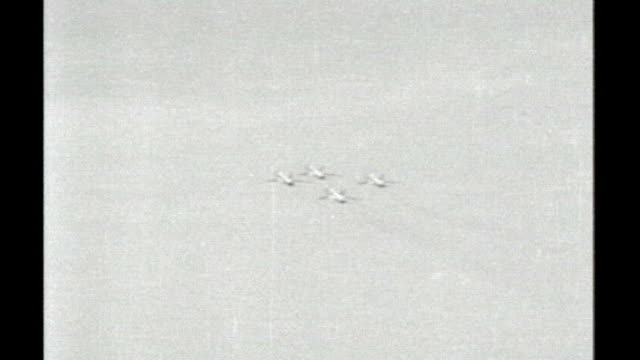 vídeos de stock e filmes b-roll de records of ufo sightings published by ministry of defence tx 1661957 air force sabre jets flying overhead in formation as onlookers watch doctor... - ministério da defesa