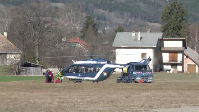 vídeos de stock e filmes b-roll de recovery operations continue in the french alps five days after a plane crash that killed 150 people - avion