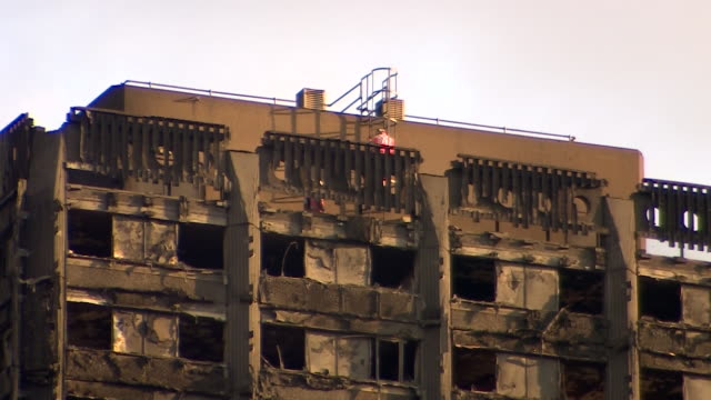vídeos de stock, filmes e b-roll de recovery teams working on the roof of grenfell tower - armação de janela