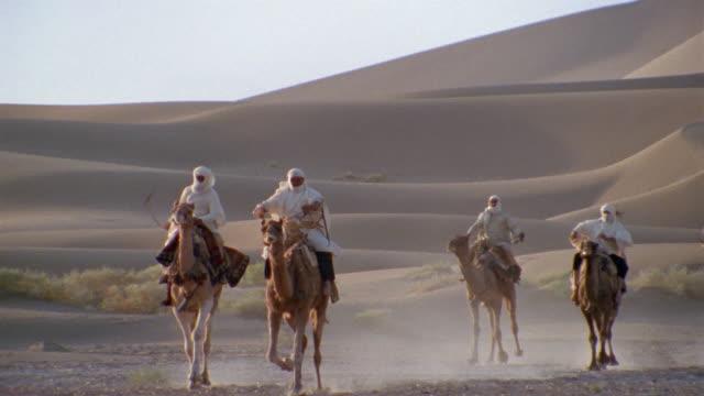 vídeos y material grabado en eventos de stock de slo mo, ws, pan, ms, re-creation, africa, tuareg tribesmen charging through desert  - caballería