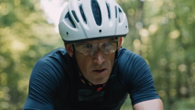 vídeos de stock e filmes b-roll de slo mo recreational cyclist's concentration on a bicycle - exaustão
