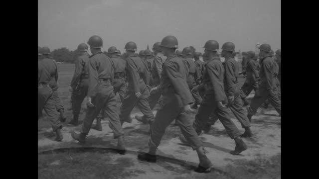 vídeos y material grabado en eventos de stock de recruits marching in formation towards camera / recruits marching in formation past camera / line of recruits at wide intervals walk with instructors... - recluta
