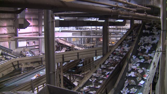 recyclable items on conveyor belts at a chicago city recycling center on may 5, 2016. - リサイクル工場点の映像素材/bロール