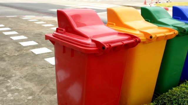 vídeos y material grabado en eventos de stock de contenedor de reciclaje - contenedor para la basura