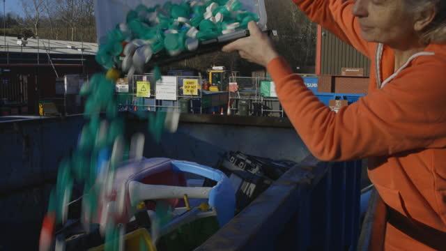 vídeos de stock, filmes e b-roll de tampas de garrafa de reciclagem - poluição do plástico
