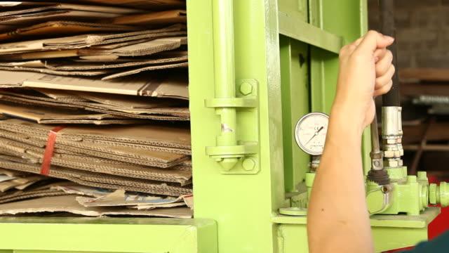 vídeos y material grabado en eventos de stock de reciclaje de cartón - cartón