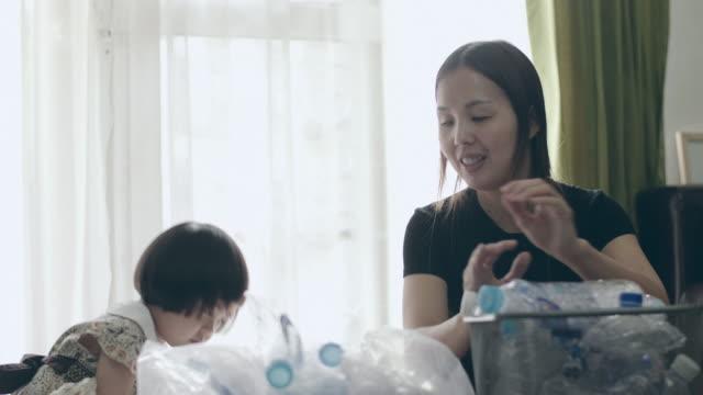 återvinning i dagliga livet - återvinning bildbanksvideor och videomaterial från bakom kulisserna