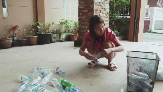 vidéos et rushes de recyclage dans la vie quotidienne - conditionnement