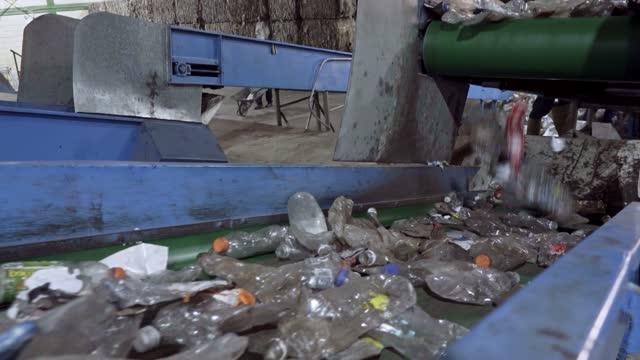 vídeos de stock, filmes e b-roll de reciclagem de trabalhadores de fábricas de plástico selecionando e classificando garrafas pet usadas na esteira transportadora - grupo grande de objetos