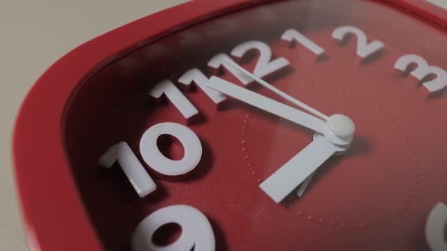 vídeos de stock, filmes e b-roll de vídeo em tempo real do despertador vermelho - um único objeto
