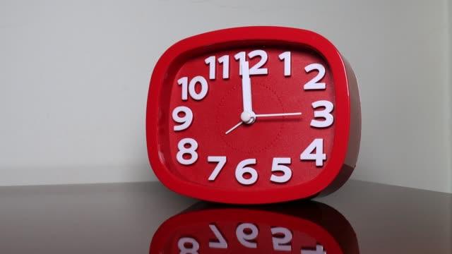 vídeos de stock e filmes b-roll de r/t red alarm clock - número 12