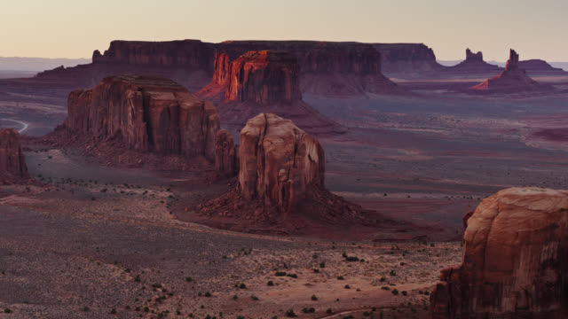 vídeos de stock e filmes b-roll de red and purple light on monument valley buttes at sunset - cultura navajo