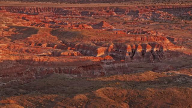 aerial rote und weiße farben des marmorcanyons bei sonnenuntergang - canyon stock-videos und b-roll-filmmaterial