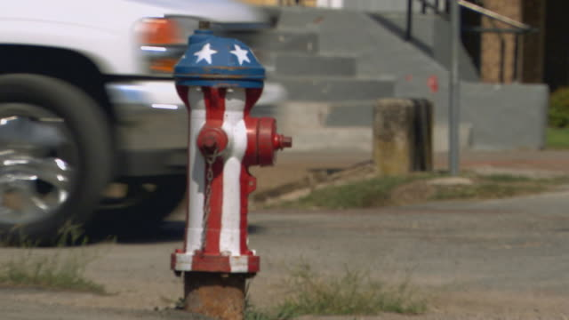 red and white stripped with star topped fire hydrant - feuerwehr hinweisschild stock-videos und b-roll-filmmaterial