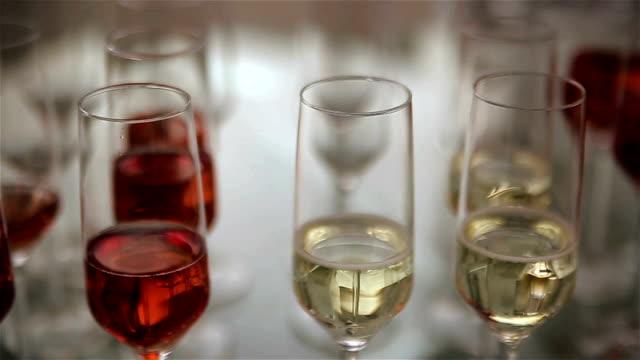 rode en witte wijn in de glazen, voorbereiden van de partij
