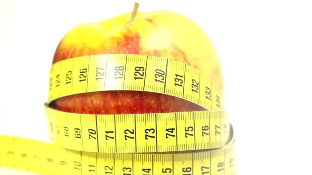vidéos et rushes de pomme rouge avec ruban à mesurer - tape measure