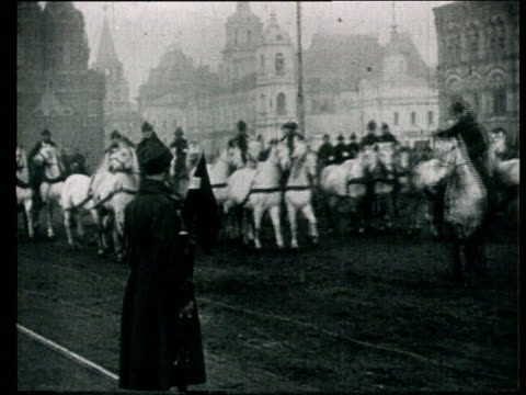 1925 b/w ws pan red army cavalry riding past on horseback during military parade/ moscow, russia - comunismo video stock e b–roll