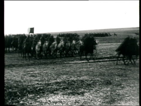 vídeos de stock e filmes b-roll de 1920 montage b/w red army cavalry taking part in military parade/ russia - rússia