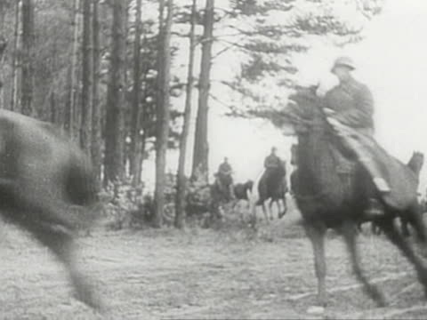 vídeos de stock e filmes b-roll de red army horse troops advancing during soviet invasion of poland in 1939 - 1939