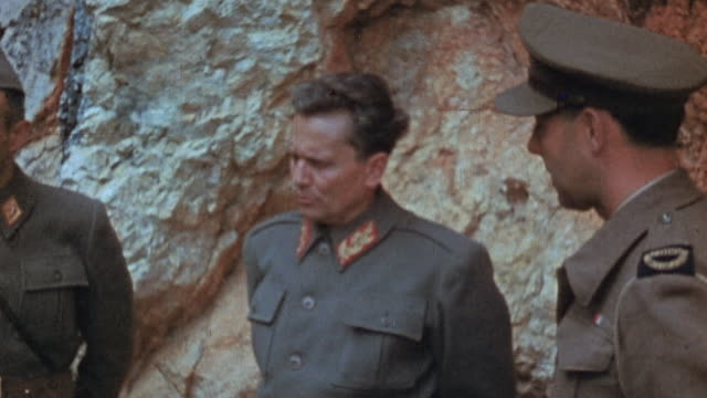 vidéos et rushes de red army officers and a german officer talking and posing for a photographer / russia¬† - wehrmacht