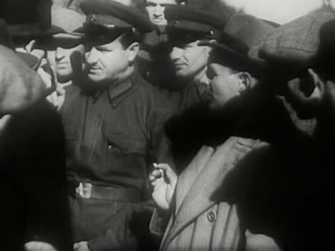 vídeos de stock, filmes e b-roll de red army officers and soldiers talking to local civilian people after occupation of lviv during sovietgerman invasion of poland in 1939 - polônia