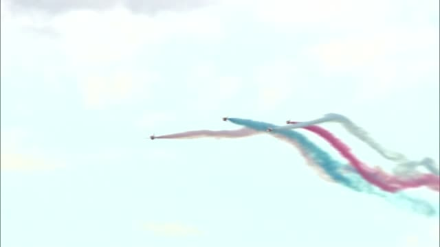 red arrows engineer killed in plane crash date unknown red arrows aircraft trailing smoke passing overhead during display - 英国空軍点の映像素材/bロール