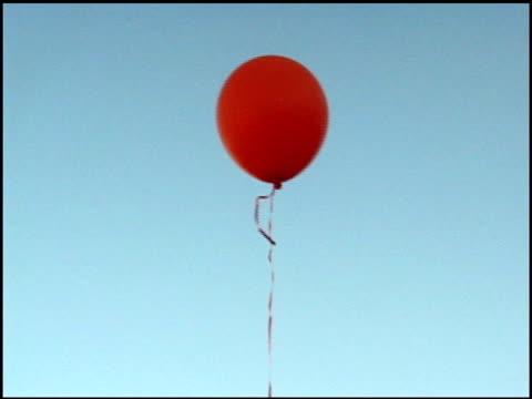 stockvideo's en b-roll-footage met red balloon against blue sky. - ballon