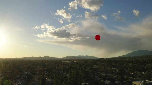 vidéos et rushes de ballon rouge flottant dans le ciel - ballon de baudruche