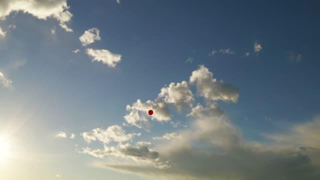 空に浮かぶ赤い風船 - red点の映像素材/bロール