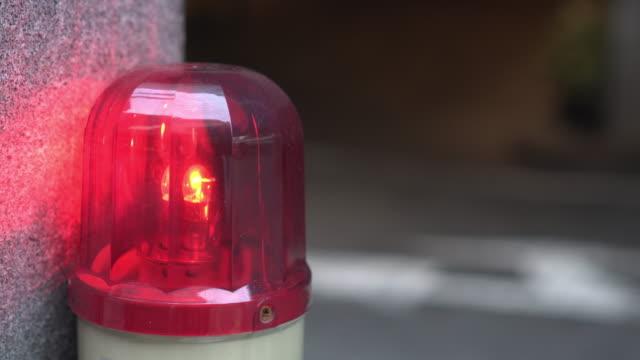 rote leuchtturmdrehung mit kopierplatz - einsatzsirene stock-videos und b-roll-filmmaterial